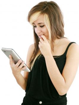 Девушка разбирается, что делать, если взломали страницу ВКонтакте. Изображение с сайта FreeDigitalPhotos.net